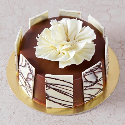 Round Chocolate Cake With Topping